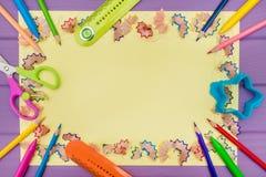 Рамка сделала покрашенных shavings a карандаша на желтой бумаге Стоковая Фотография