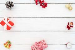 Рамка сделанная украшения рождества на белой деревянной предпосылке Стоковое Фото
