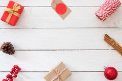 Рамка сделанная украшения рождества на белой деревянной предпосылке Стоковые Изображения
