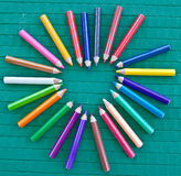 Рамка сердца сделанная из цветастых crayons Стоковая Фотография