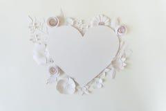 Рамка сердца с цветком белой бумаги Стоковые Фото