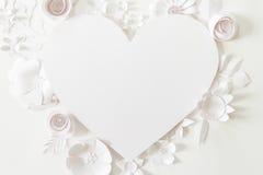 Рамка сердца с цветком белой бумаги Стоковое Изображение RF