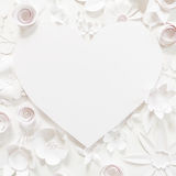 Рамка сердца с цветком белой бумаги Стоковые Фотографии RF