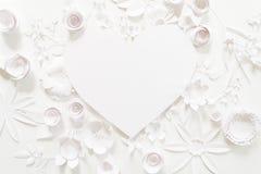 Рамка сердца с цветком белой бумаги Стоковые Изображения