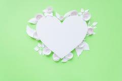 Рамка сердца с цветком белой бумаги Стоковое Изображение