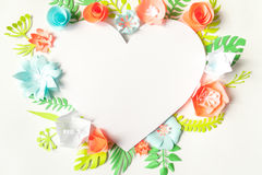 Рамка сердца с цветком цвета бумажным Стоковое фото RF