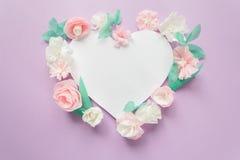 Рамка сердца с цветком цвета бумажным Стоковое Фото