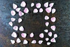 Рамка с лепестками розового чая подняла на каменную предпосылку Стоковые Фото