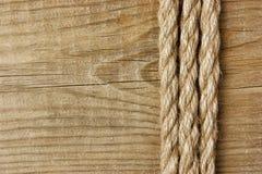 Рамка сделанная веревочки на деревянном Стоковое фото RF