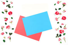 Рамка сделанная из розовых цветков и пустых листов покрашенной бумаги пробела для текста в середине стоковое фото rf