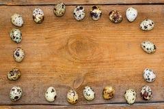 Рамка сделанная из яичек триперсток на старой коричневой деревянной предпосылке Стоковое Фото
