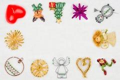Рамка сделанная украшения рождества на снежной предпосылке Стоковые Изображения RF