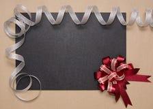 Рамка с красной лентой смычка и серебра Стоковое Изображение RF