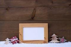 Рамка с красным украшением рождества, космосом экземпляра, снегом Стоковые Фотографии RF