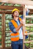 Рамка тимберса работника измеряя Стоковые Изображения RF