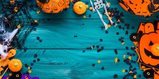 Рамка украшений партии хеллоуина на темное ом-зелен Стоковые Фото