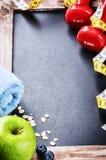 Рамка фитнеса с гантелями и зеленым яблоком Стоковая Фотография RF