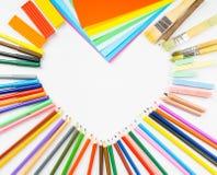 Рамка формы сердца от карандашей, ручек войлок-подсказки и бумаги Стоковое Фото