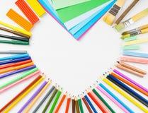 Рамка формы сердца от карандашей, ручек войлок-подсказки и бумаги Стоковая Фотография RF