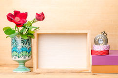 Рамка фото с книгами и цветками на деревянном столе Стоковое фото RF