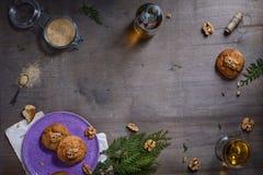 Рамка хлебопекарни Свеже испеченные печенья грецкого ореха на деревенской предпосылке Сразу выше, космос текста Стоковые Фото