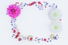 Рамка цветков и ягод и пирогов whoopie Взгляд сверху Стоковые Фото