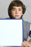 Рамка чистого листа бумаги владением мальчика прямоугольная Стоковое Изображение