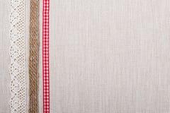 Рамка шнурка на предпосылке linen ткани Стоковое фото RF