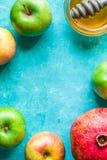Рамка яблока, гранатового дерева и меда Rosh Hashanah Стоковые Фото