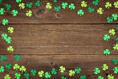 Рамка shamrocks дня St Patricks над деревенской древесиной Стоковое Изображение RF