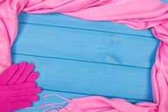 Рамка womanly перчаток и шаль на досках, одежда на осень или зима, космос экземпляра для текста Стоковые Фотографии RF