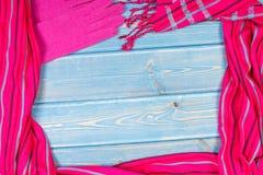 Рамка womanly шерстяных перчаток и шали, одежды на осень или зимы, космоса экземпляра для текста на голубых досках Стоковые Изображения RF