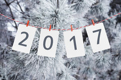 Рамки бумаги или фото при 2017 вися на красной striped веревочке Фото снежной сосны на предпосылке Новый Год конструкции Стоковые Фотографии RF