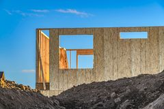 Рамки дома на месте contruction с насыпью почвы на переднем плане стоковая фотография rf
