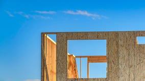 Рамки дома панорамы на месте contruction с насыпью почвы на переднем плане стоковая фотография