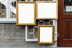3 рамки изображения деревянных на стене вне художественной галереи, b Стоковая Фотография RF