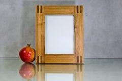 Рамки и pomegranate отражения изображений деревянный Стоковая Фотография