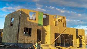 Рамки панорамы дома под конструкцией осмотренной на яркий солнечный день стоковая фотография