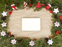 Рамки рождества с вечнозеленой елью, конусами, ягодой a падуба Стоковая Фотография