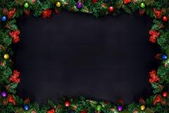 Рамки рождества или Нового Года, ветви дерева и красочные шарики на черной предпосылке с космосом экземпляра Стоковое Изображение