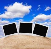 Рамки фото в песке против неба Стоковые Изображения