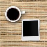 Рамки фото кофейной чашки и поляроида на бамбуковом ротанге Стоковое Фото