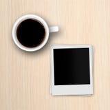 Рамки фото кофейной чашки и поляроида на деревянном столе Стоковое Фото