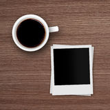 Рамки фото кофейной чашки и поляроида на деревянном столе Стоковое Изображение