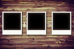 Рамки фото на винтажной деревянной доске стоковое изображение rf