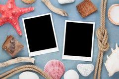 Рамки фото перемещения на голубой деревянной текстуре Стоковые Фото
