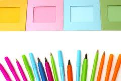 Рамки фото предпосылки и покрашенные ручки на белизне Стоковые Изображения RF