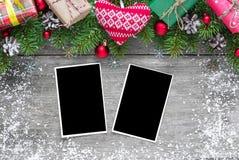 Рамки фото рождества пустые с ветвями ели, украшениями, подарочными коробками и связанным сердцем Стоковая Фотография RF