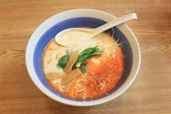 Рамэны Tonkotsu в шаре на таблице японской еды Стоковая Фотография RF