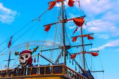 Рангоуты и ветрила огромного туристского корабля в Alanya Стоковые Изображения RF